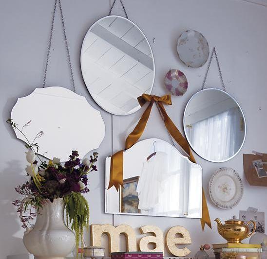 Varios espejos decorando una pared.
