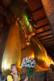 The Reclining Buddha – you just can`t believe that it fits in a temple! (© 2010 Isabell Gernert)