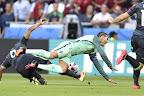 A walesi Ashley Williams (b) és a portugál Cristiano Ronaldo a franciaországi labdarúgó Európa-bajnokság elődöntőének Portugália - Wales mérkőzésén, Lyon, 2016. július 6-án. (MTI Fotó: Illyés Tibor)