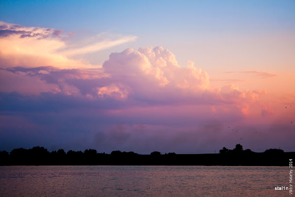 Фото хмарки над ставком в промінчиках сонечка