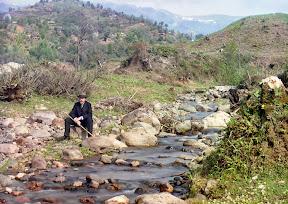 Автопортрет у реки Королисцхали, ок.1910 года. Прокудин-Горский в костюме и шляпе сидит на камне у реки в Кавказских горах, недалеко от Батуми, на восточном побережье Черного моря