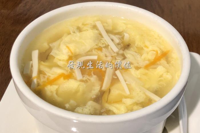 台北東湖-喜相逢麵館。「蔥油拌麵」之所以稱為「套餐」,是因為它還附了一晚非常豐盛的酸辣湯,滿滿的蛋花讓人看了就食指大動,還有紅蘿蔔、豆腐、黑木耳、竹筍...等材料。湯頭非常的好喝!
