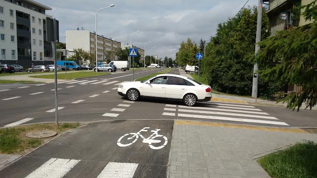 Widoczność rowerzystów przed przejazdem rowerowym jest zerowa. W takich miejscach powinny być stosowane wyniesione przejazdy rowerowe.