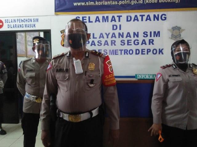 Putus  Mata Rantai Covid 19, Satpas SIM 1221 Pasgar  Depok Bagi Bagi Masker