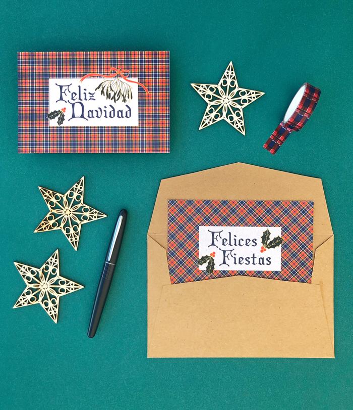 postales Feliz Navidad, Felices Fiestas, correo tradicional, tarjetas, sobre kraft, cartas, adornos madera estrellas, pluma