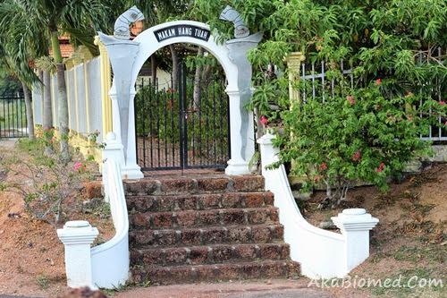 pintu gerbang makam