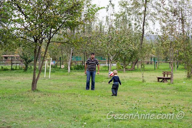 Cansu Alabalık Tesisleri'nin bahçesinde top oynarken