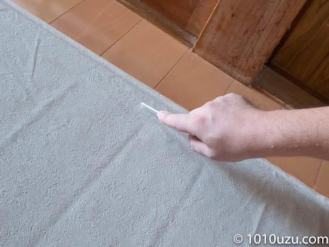 襖の枠に沿ってヘラで跡をつける