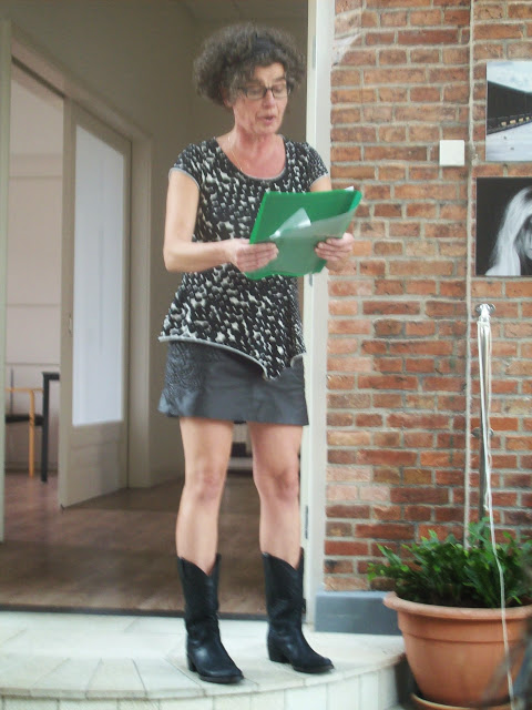 Stadsdichteres RTeghine Hilhorst leest haar gedichten voor