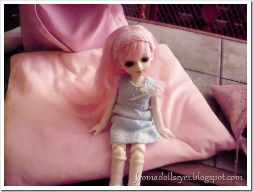 A yosd ball jointed doll waiting for a meet to start.