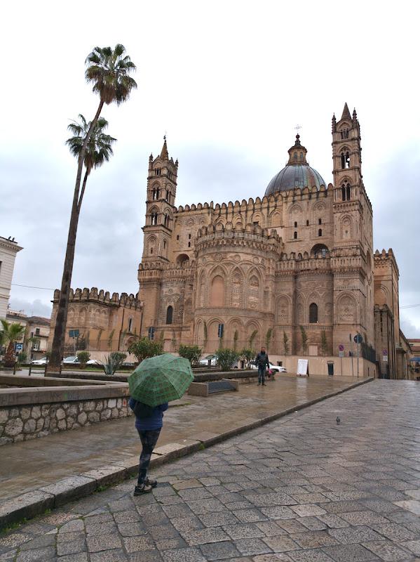 Printre picaturi de ploaie, spre fosta catedrala normanda.