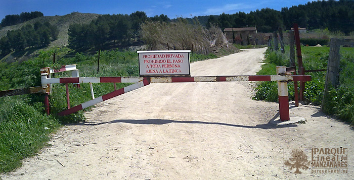 Cierre del camino y advertencia. Al fondo las primeras cumbres del Espolón.