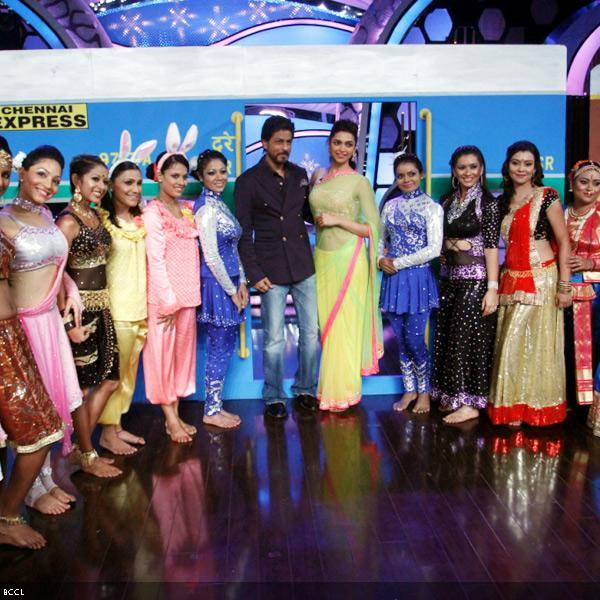 Shah Rukh Khan and Deepika Padukone pose with the top 14 contestants at the promotion of the movie Chennai Express, on the sets of dance reality show DID Super Moms, in Mumbai, on July 3, 2013. (Pic: Viral Bhayani)