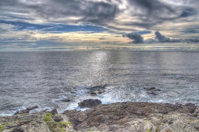 Imagen en HDR de una tarde nublada sobre el mar de Galicia