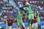 Lyon, 2016. június 22. Juhász Roland (b), valamint a portugál Cristiano Ronaldo (k) és Nani (b3) a franciaországi labdarúgó Európa-bajnokság F csoportja harmadik fordulójában játszott Magyarország - Portugália mérkõzésen, Lyonban 2016. június 22-én. MTI Fotó: Illyés Tibor