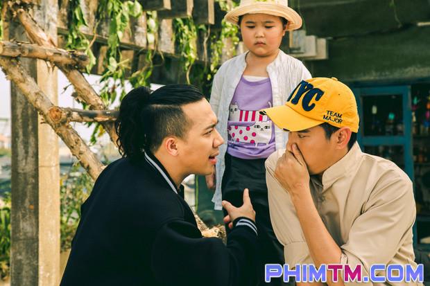 Trấn Thành tạo nét cùng Kiều Minh Tuấn trên phim trường Nắng 2 - Ảnh 3.