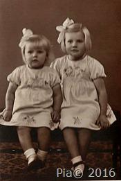 Lilian og Nancy i hjemmesyede kjoler