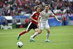Az osztrák Julian Baumgartlinger (b) és Gera Zoltán a franciaországi labdarúgó Európa-bajnokság Ausztria - Magyarország mérkőzésen, Bordeaux, 2016. június 14-én. (MTI Fotó: Illyés Tibor)