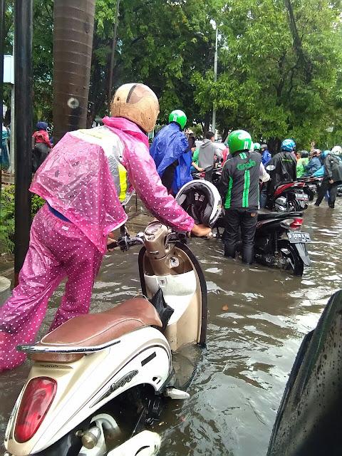 Wilayah Astra Jakarta Utara mulai tergenang air.