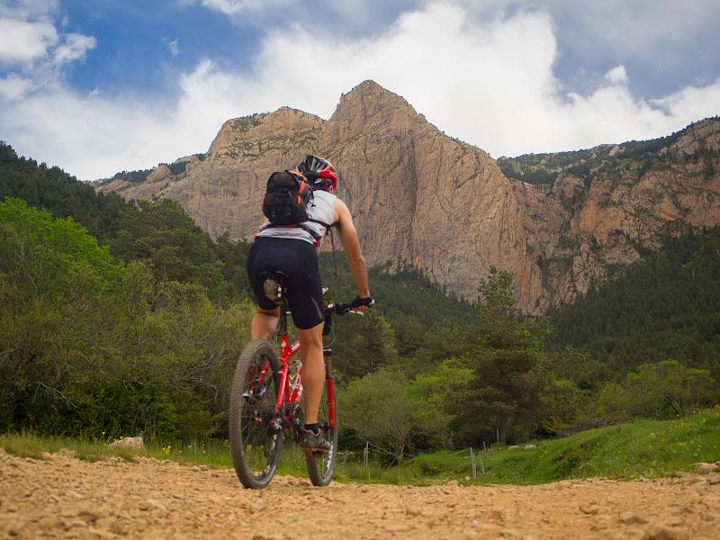 Circulant sota la Roca Gran de Ferrús
