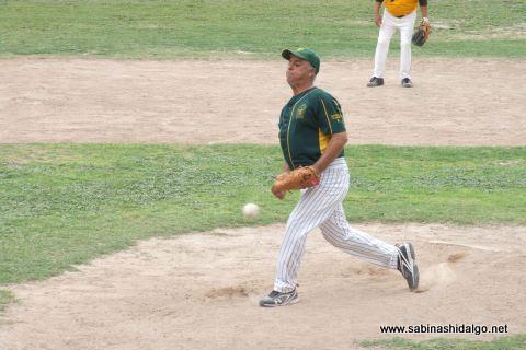 Roel Garza de Amigos en el softbol dominical