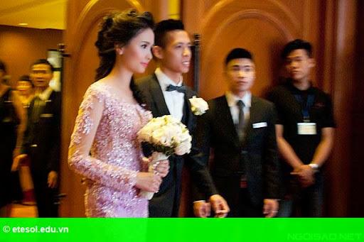Hình 4:   Cô dâu của Văn Quyết rạng rỡ trong lễ cưới
