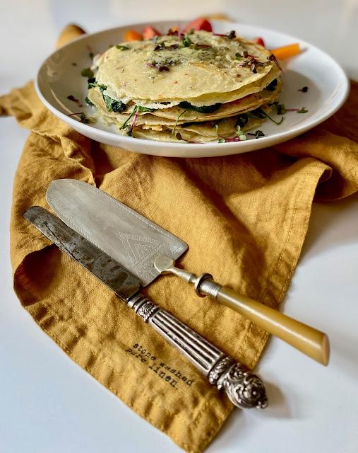 Crépes Torte mit Spinat und Fourme d`Ambert