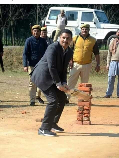 Moradabad - डीएम राकेश कुमार सिंह की सराहनीय पहल, क्रिकेट खेल रहे बच्चों को किट देने का आदेश