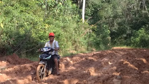 Jalan Rusak Parah Dan Berlumpur, Warga Desa Ini Berharap Didatangi Cakada