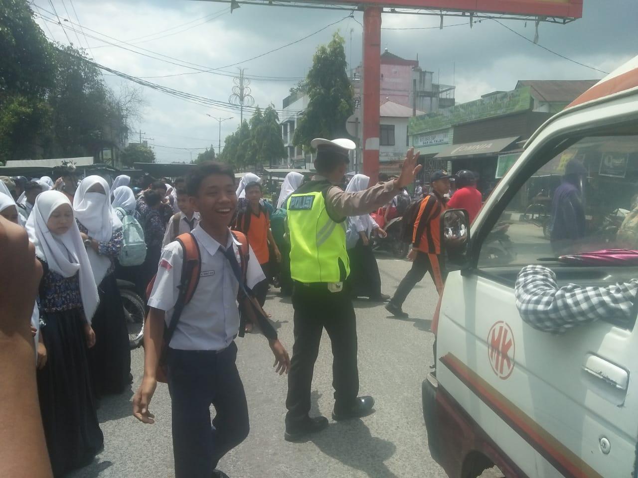 Sat Lantas Polres Tanjung Balai, Atur Kemacatan Penyeberangan Jalan, Jam Masuknya Anak Sekolah