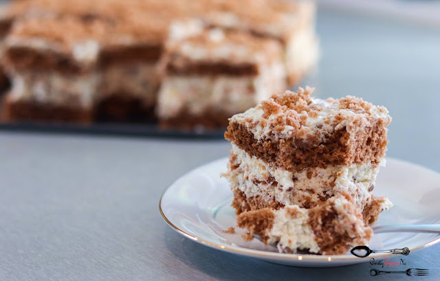 ciasta i desery, ciasto z kremem śmietanowym, krem śmietanowy, krem ciasteczkowy, ciemny biszkopt z 5 jaj