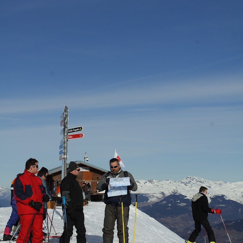 Meribel_44 Skiers at Tougnete Summit.jpg