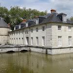 Château du Marais : douves ouest et tour médiévale (colombier)