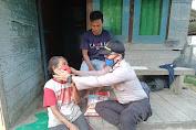 Hari Bhayangkara Ke 74, polsek Kuala Behe Bagikan Beras Kepada Warga