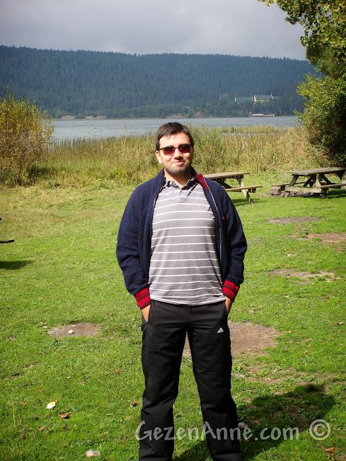 Abant Gölü etrafındaki piknik alanlarında dolaşırken