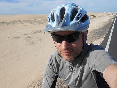 Chris on the Bike in den Dünen bei Corralejo, Fuerteventura