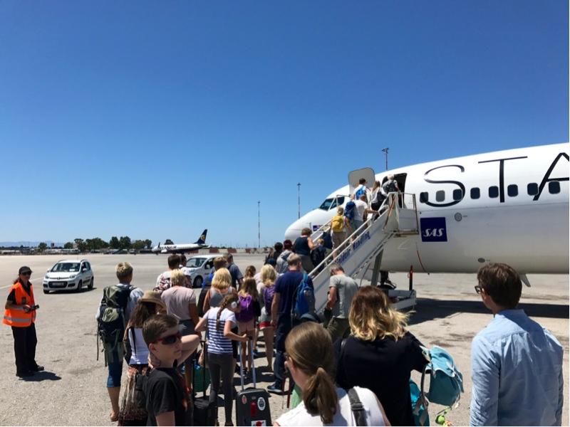 En kø av mennesker på vei inn i et fly