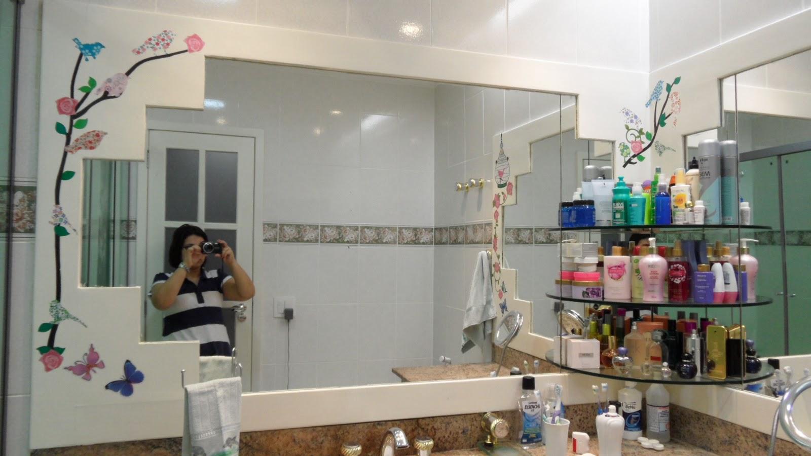 banheiro que tinha uma moldura larga branca foi decorado com flores  #303D6F 1600x900 Azulejo Para Banheiro Decorado