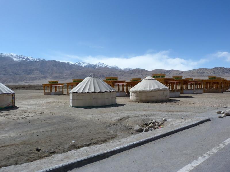 XINJIANG. Karakoram Highway, lune des plus haute route au monde, en passant a 4400 m - P1280572.JPG