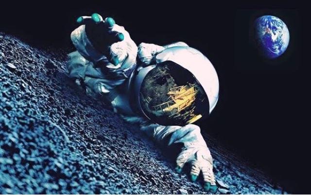 astronot menjulurkan tangan diatas permukaan