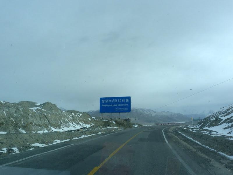 XINJIANG. Karakoram Highway, lune des plus haute route au monde, en passant a 4400 m - P1280645.JPG