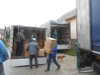 09 - A kamionból két másik autóba került az adomány.JPG