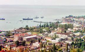 Общий вид на Сухуми, Абхазия, и его залив. Фото сделано около 1910 года с Чернявской горы