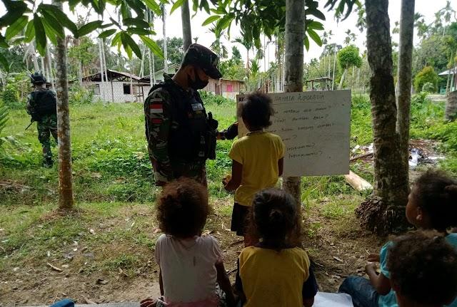 Satgas Yonif Raider 100/PS Pos Wambes Isi Waktu Anak Anak Perbatasan Melalui Bimbingan Belajar