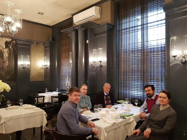 Седат Игдеджи на бизнес встрече в ресторане