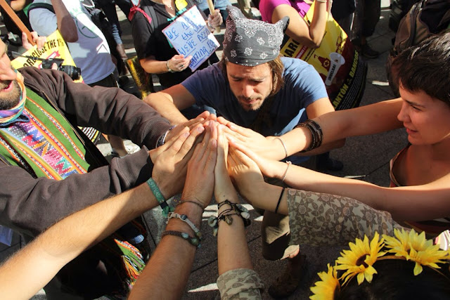 Spreading the good vibrations at Oakland Occupy!  ©2011 Tom Levy (www.tomlevy.net)