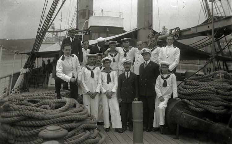 Oficiales y tripulantes del REINA MARIA CRISTINA en la cubierta principal. Pasaia. Ca. 1928. Foto Gure Guipuzcoa.jpg