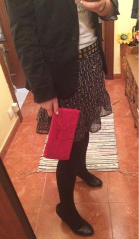 Look detalle bolso monedero rojo