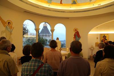10/ Nous y célébrons la messe, face à la Basilique, avant d'y prendre les repas du soir.