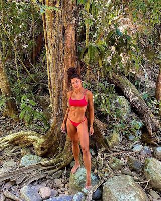 Aline Riscado exibe o corpão e esbanja barriga definidíssima em contato na natureza